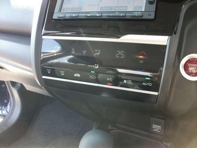 快適なオートエアコン付です。エンジン始動は、プッシュボタン式です。