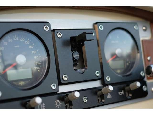 メーターパネルも非常にシンプルなデザインで、航空機の計器盤を思わせる作りです。特に安全装置の付いた「爆弾投下ボタン」を模したスターターボタンからは、モーガンのこだわりと遊び心が伺えます。