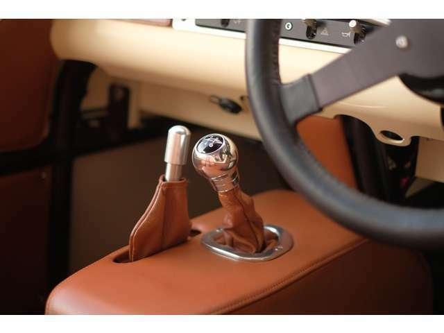 トランスミッションはマツダ・ロードスター用の5速MTギアボックスを流用しています。