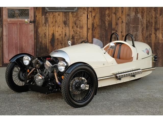 モーガン・スリーホイラーは、その名の通り3輪仕様のスポーツカーで、100年以上の歴史を持つモーガン社のまさに原点となるモデルです。