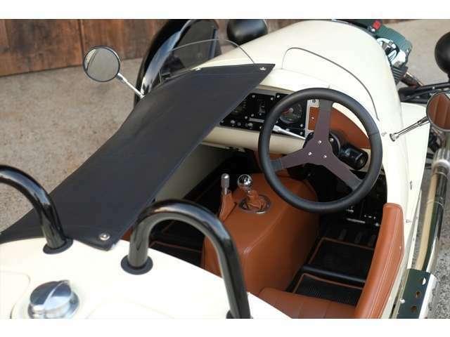 トノカバーを助手席側だけ装着して運転することも可能です。
