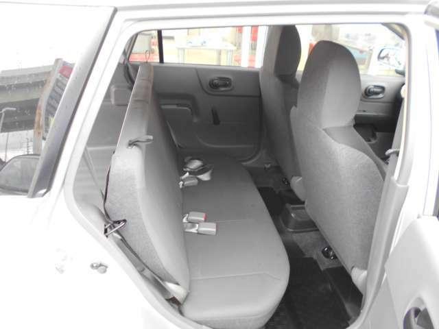 後部座席も当然、綺麗・清潔に仕上げております。内装の綺麗なお車は気持ちが良いですし、コンディションのいい車が多いです。前のユーザーが丁寧に使っていた証拠です。