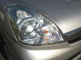 デザイン性重視のシャープなヘッドライトはディスチャージヘッドライトの採用により、暗い夜道も明るく照らしてくれます!