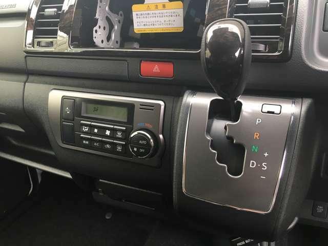【シフトレバー&オートエアコン】車内温度を感知して自動で温度調整をしてくれるのでいつでも快適な車内空間を創り上げます!