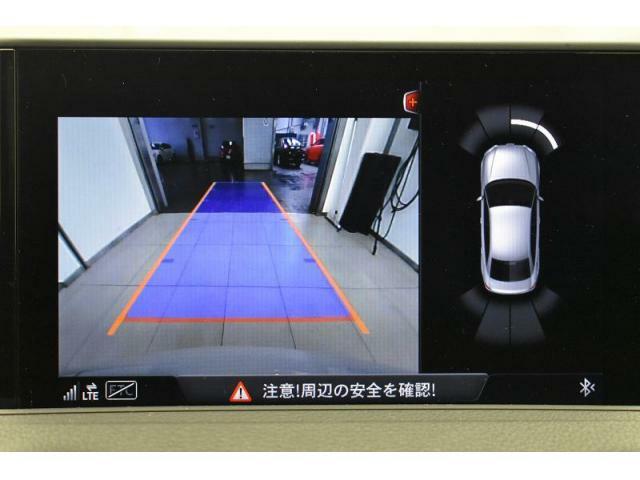 ●リアビューカメラ『入車経路を算出し、ガイドラインと補助線をディスプレイに表示します。同時にバンパーに内蔵のセンサーが障害物を感知し音で注意を促します。後方の死角も安心していただけます