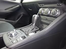 新世代高効率6速オートマチックトランスミッションの【スカイアクティブ ドライブ】を搭載です。勾配時や高速走行時にマニュアル感覚でシフト操作が可能になります。人馬一体の走りに欠かせないアイテムです。