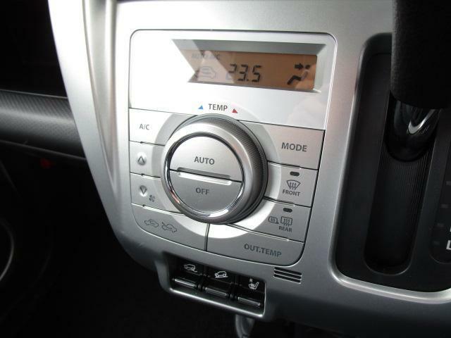 1度温度を設定しておくだけで車内を快適にしてくれるオートエアコンを装備しております!運転中に操作する必要が無いので便利な装備です♪