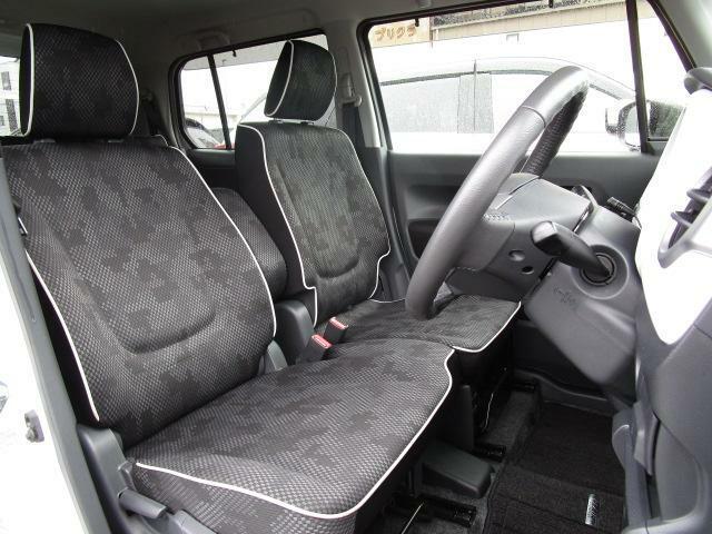 ベンチシートを採用しておりますので、実際よりも広く感じられます!足元も広くどなたでもベストなドライビングポジションで運転が可能になります!