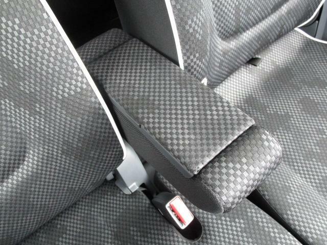 長距離ドライブには嬉しいアームレストを装備しております!中は小物入れとしても使用が可能になります!
