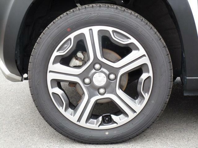 実際よりも大きく見えるように工夫が施された純正アルミホイールは切削加工が施されております!タイヤの溝は五分山といったところです。
