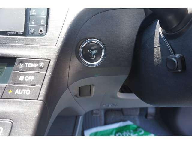 エンジンの始動も鍵の差し込みが不要で便利なスマートキーです!後付けできない人気な装備です!