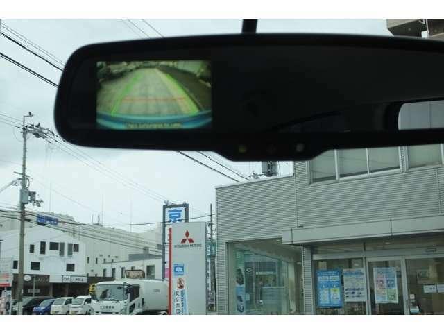 リヤビューモニター(バックカメラ)付きルームミラー!シフトレバーを「R」に入れると、車両後方をルームミラー内に表示。後退時のステアリング操作の目安となるラインも表示し、車庫入れをサポートします♪