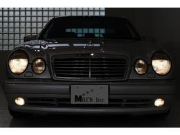 メルセデス・AMGのミディアムレンジモデルEクラス!E50の入庫でございます!「W210」をベースにAMGが専用チューニングを施したコンプリートモデル!1997年の1年間のみ生産され