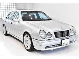 先代の「W124」ベースより排気量を更に拡大し、5リッター、V8エンジンを搭載した。それを受け止めるハードサスペンション