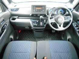 運転席まわりは機能的にまとまっています。足元が広々のインパネATです♪