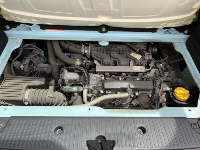 ラゲッジルーム下に収まる900ccターボエンジン。