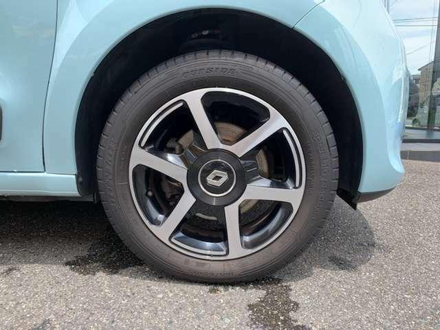 INTENS用の15インチアルミを装備。しなやかな足捌きはフランス車ならでは。