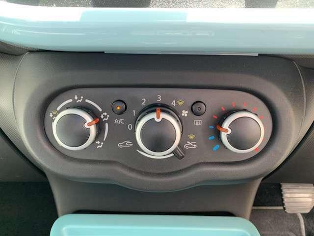 直感的な視認性、操作性に優れるマニュアルエアコンを採用。