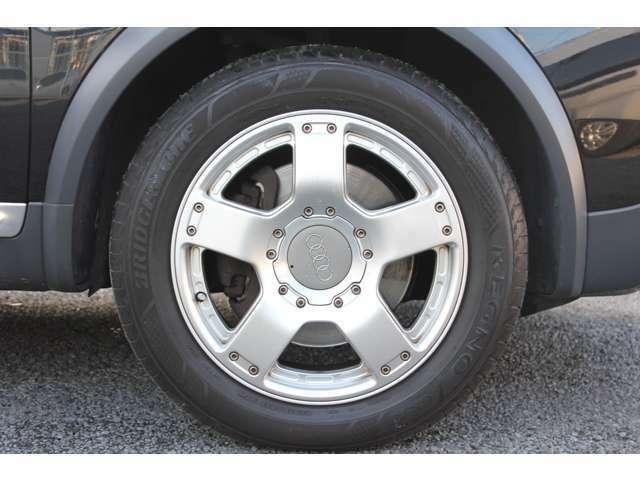 純正17インチアルミホイールを装備♪タイヤはブリジストンのREGNOを履いております♪溝もしっかりございます。