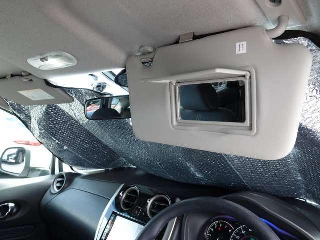 運転席側バニティミラー パッと出せてサッと仕舞える便利さ。 どんな時にも身嗜み~