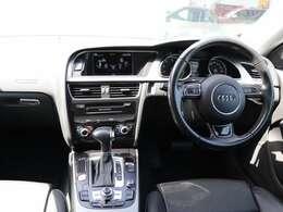 室内は、操作パネルやスイッチがドライバーに傾けられたドライバーオリエンテッドデザイン