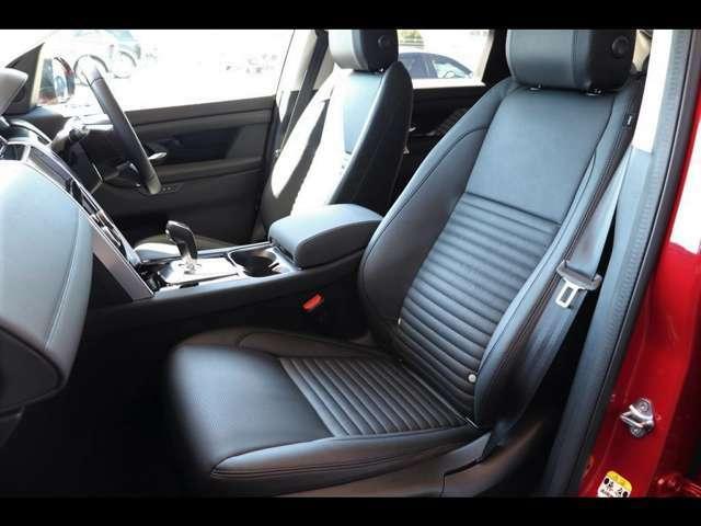助手席シートも12wayパワーシートを搭載します。シートデザインも細部にいたるまで細やかな造り込みがなされています。