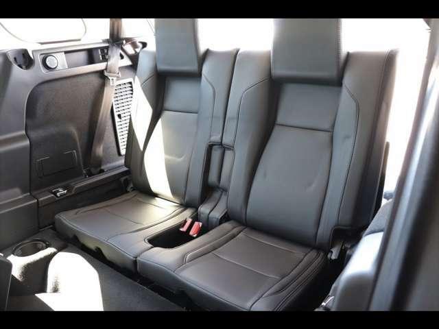 【三列目シートパック メーカーオプション参考価格¥262,000-.】格納式サードシートを装備。必要に応じて最大7名の乗車を可能に。座り心地にも抜かりはありません!
