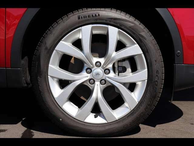 20インチ「Style5076」アロイホイール。大口径のシルバーホイールが足元を飾ります。エクステリアデザインを更に引き立てています。