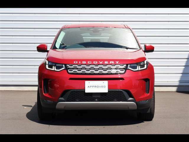 くさび型のフロントグリルはランドローバー車の証。その名を刻んだボンネットのロゴとともにオリジナリティあふれる強い個性を主張するビジュアルです。