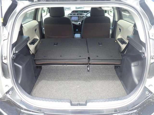 セカンドシートを倒せば、大きなラゲージスペースになりますよ。大きなお荷物など様々な用途に使えてとても便利ですよ♪