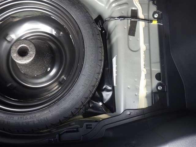 万一の時にスペアタイヤがあると安心ですね!車載工具もしっかり装備しています。