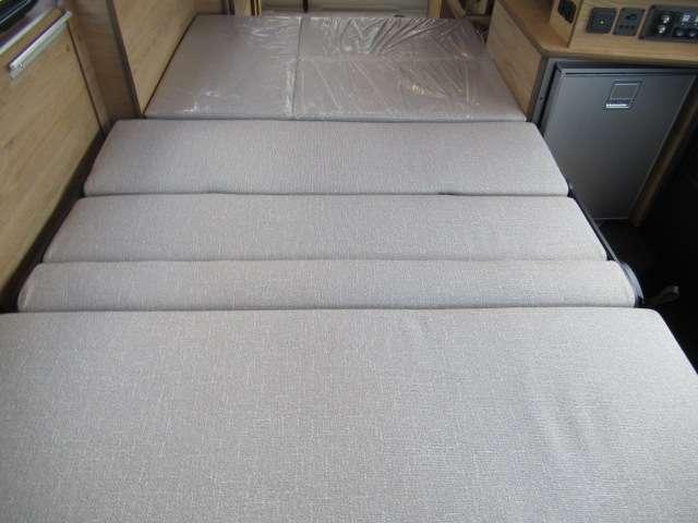 2列目シートはもちろんベット展開可能!ベットサイズは縦210cm横109cm大人2名就寝可能!