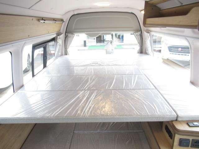 リア上段にもベットを装備!ベットサイズは縦199cm横160cm大人3名就寝可能となります。