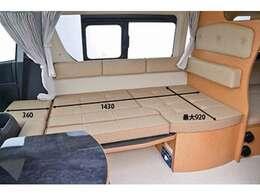 ダイネットはテーブルを外してベッド展開をしますと1430×920のスペースが出来ます。オプションの補助マット使用にて最大1790の長さになります。