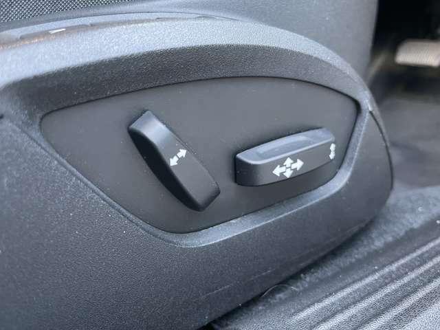 運転席、助手席にパワーシートが装備がされており、細かな設定をすることができます。