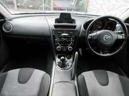 内装はブラックを基調としたスポーティーな雰囲気の車内になっております♪パネル類にも目立つ汚れ等も無くとてもキレイな状態です♪