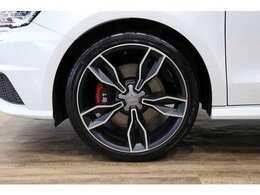 クワトロリミテッドエディション専用5アームデザインのマットブラック18インチアルミホイールは、目立つヨゴレや歪みもなく良い状態です!!