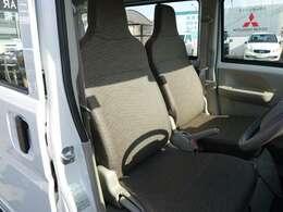 落ち着いたデザインのシート、汚れもサッと拭けるビニールレザー生地です