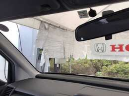 フロントガラスが大きく、ワイドな視界で運転が快適に!車両感覚もつかみやすくなっています。
