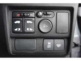 パワースライドドアは電動でラクラク開閉。リモコンや運転席スイッチ、ドアハンドルの操作で自動開閉します。お子さまを抱きかかえている時や荷物の多い時などに便利です。