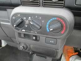 マニュアルエアコン装備で快適に運転できます。