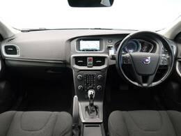 V40 T3 が入庫いたしました!ボディカラーがアイスホワイトで内装ブラックの人気カラー仕様です!コンパクトなお車で乗りやすく安全なお車です!バックカメラや安全機能も多数装備!