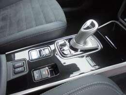 ジョイスティックタイプのシフトレバーになっております。 サイドブレーキが電気式になっております。 シートヒーターが運転席と助手席に付いておりますので便利です。