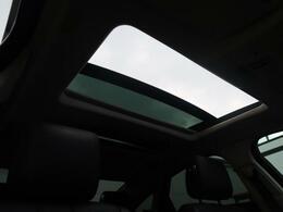 明るく開放的な光を生み出し広々とした空間を演出する開閉式パノラミックルーフ!ダークティンテッド強化ガラスは快適な車内温度を維持し日差しの影響を抑えると共にプライバシーを保つ。電動サンブラインドも装備!