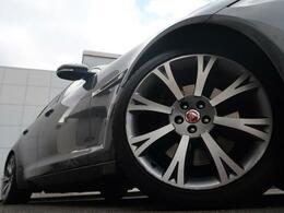 20インチアルミホイール!エクステリア全体にマッチするようにデザインされ、車体との一体感とラグジュアリーな印象を感じられます。走行中も停車中も存在感を際立たせます!