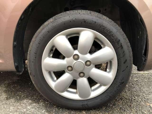 タイヤは純正14インチAWにノーマルタイヤをはいており、タイヤサイズは55/65R14、タイヤ山はおおよそ各5分山程度、スペアタイヤは新車時からもともとついておらずパンク修理キット積みです。4WDっす