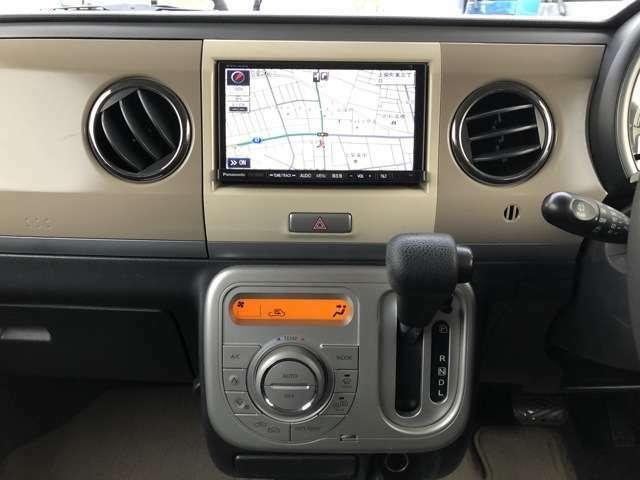 オーディオは、社外メモリーナビ(ストラーダ/CN-S300D)、ワンセグテレビ(走行中可能)、DVD再生、CD録音再生、ETC車載器、ブルートゥース機能付きです。 4WDでナビ付き、買うしかないっしょ
