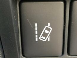 【車線逸脱警報機能】自動車に搭載されたカメラが車線の位置を認識して、車両を車線内に戻そうとする装置です。
