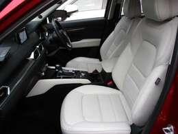 座り心地の良さとサポート性能に優れたフロントシートです。電動式のホワイトレザーシートです。高級感漂う内装も魅力のLパッケージです。禁煙車で走行も少ないので、室内も大変綺麗で清潔です★☆★☆★