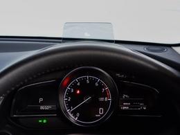 ヘッドアップディスプレイはンジンONでメーターフードの前方に立ち上がり、走行時に必要な情報を表示。運転時の視線の移動と眼の焦点移動が少なくて済みます。